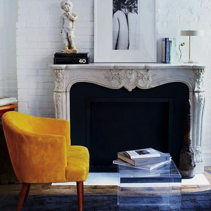 manteau-de-cheminée-baroque-chaise-jaune-bois-et-textile