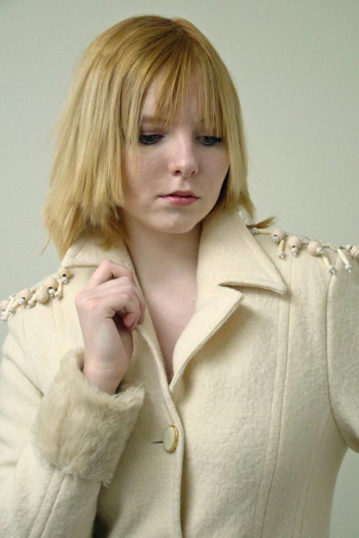 manteau-en-laine-bouillie-couleur-crème-modèle-féminin