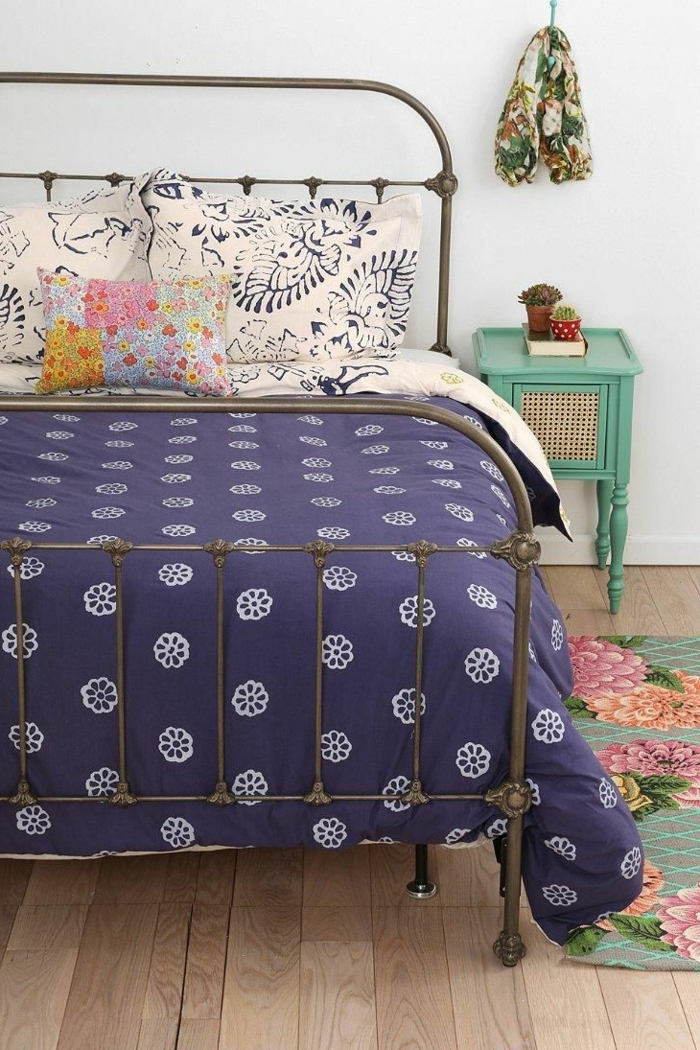 mauve-couleur-chambre-en-violet-design-d-intérieur-lit-en-fer