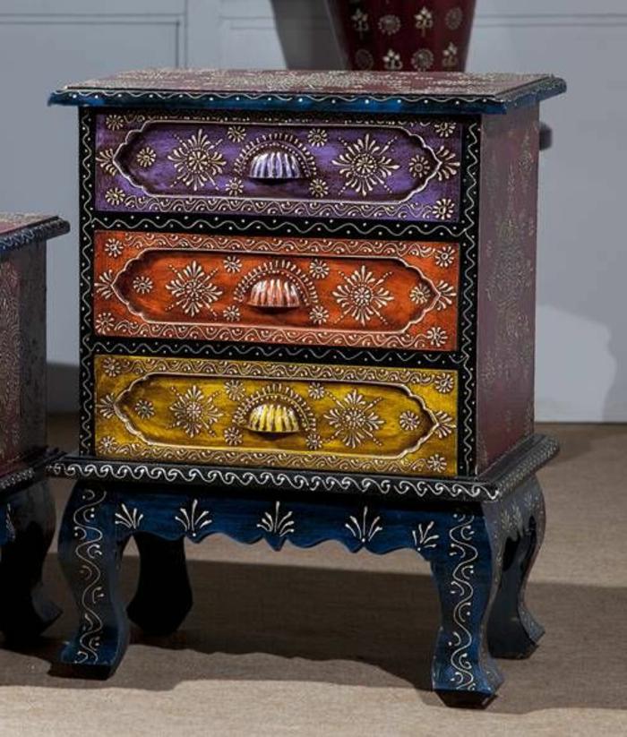 meubles-colorés-dans-l-interieur-contemporain-salon-avec-commode-en-bois-foncé