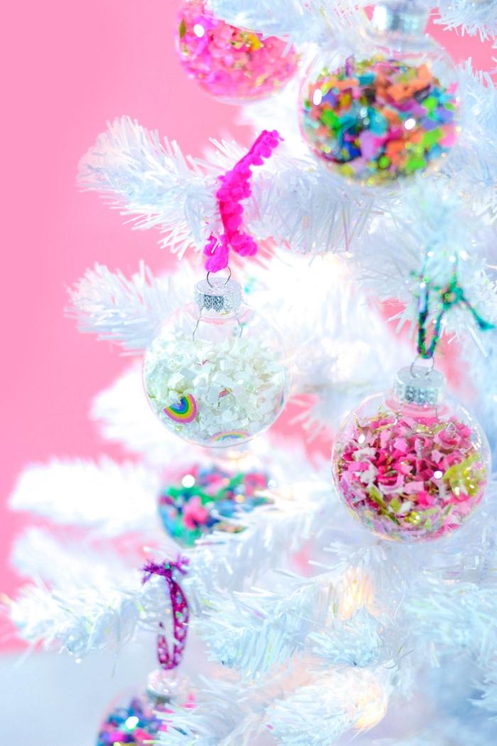 decoration noel a faire soi meme, sapin de noel blanc décoré avec ornements personnalisés remplis de sequins à rubans roses