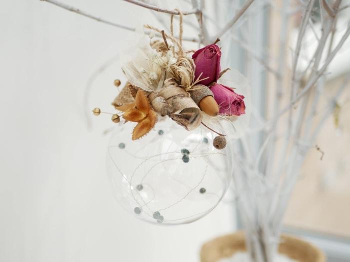 deco de noel a faire soi meme avec recup, ornement DIY sous forme de boule transparente avec lampes led et fleurs artificielles