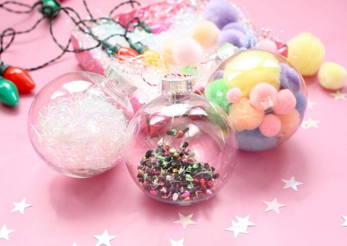 bricolage de noel facile, exemple comment customiser ses ornements de sapin transparents avec pompons colorés