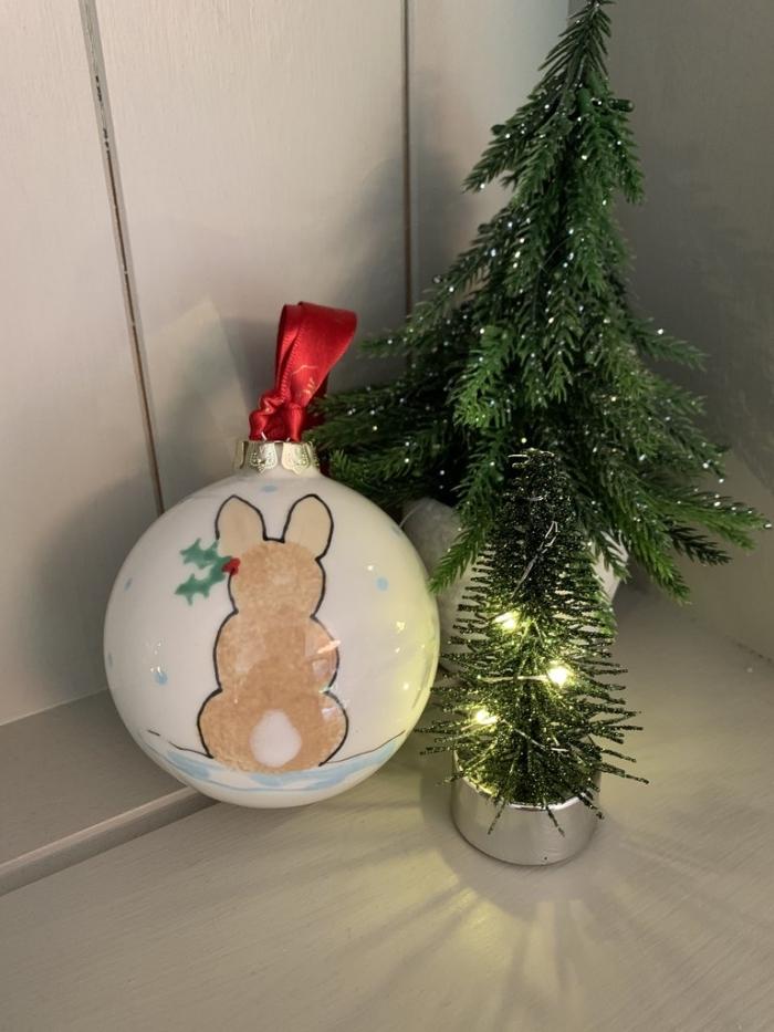 bricolage de noel facile pour grands et petits, customiser une boule de noêl avec dessins de petit lapin en marqueur