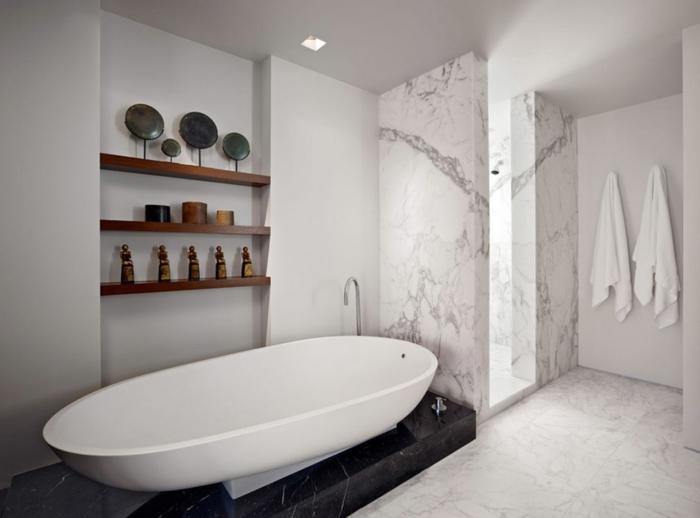 modeles-salles-de-bains-salle-de-bain-avec-une-grande-baignoire-blanche-et-decoration-murale