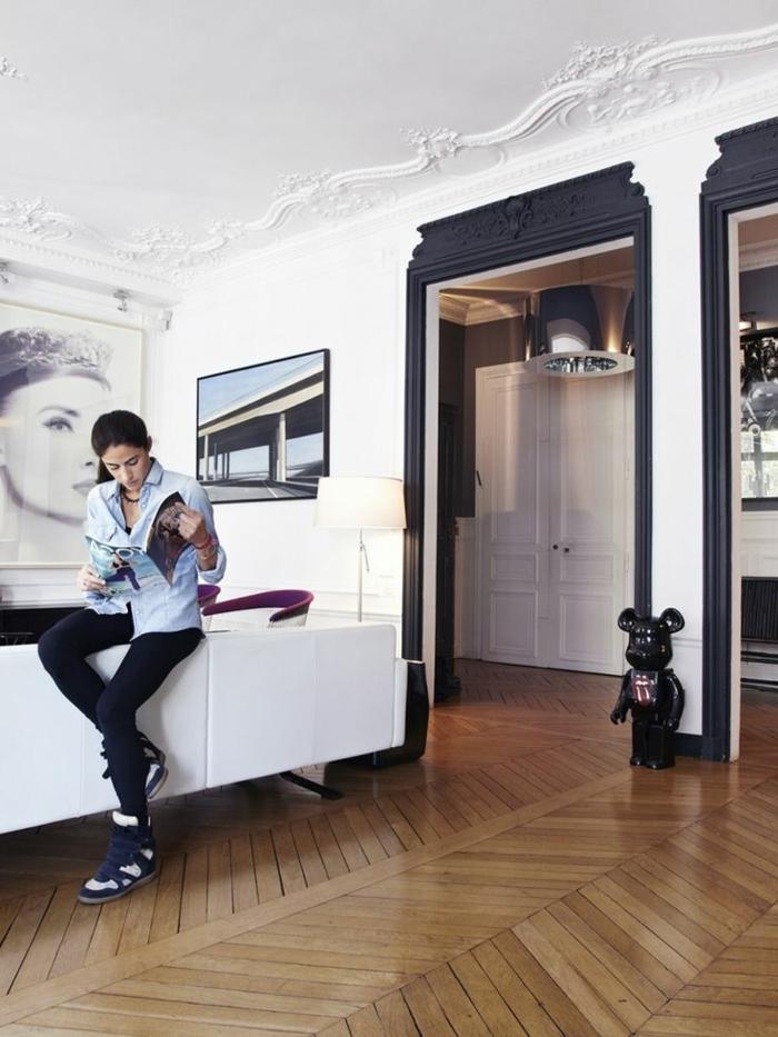 moulure-décorative-pour-le-plafond-blanc-dans-le-salon-baroque-et-sol-en-parquet-dans-le-salon
