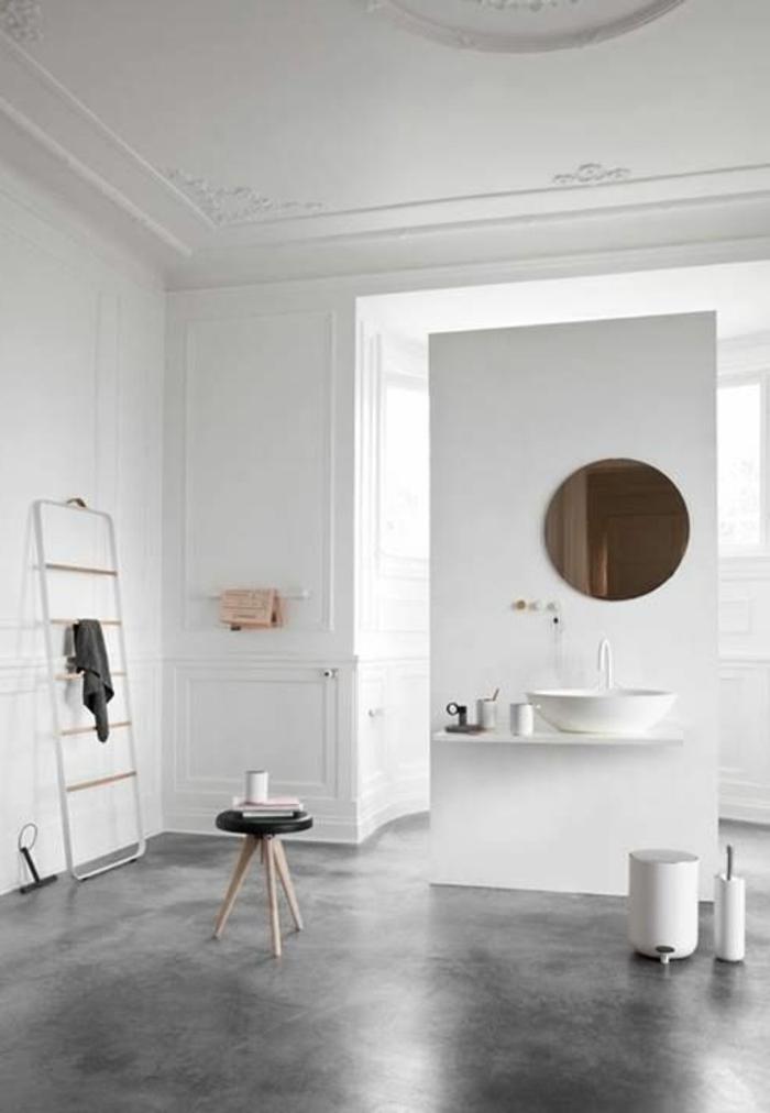 moulures-decoratives-et-corniche-plafond-dans-le-salon-d-espritloft-et-sol-en-beton-ciré