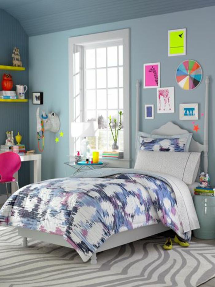 originale-idee-pour-la-chambre-de-fille-ado-tapis-zebre-couverture-de-lit-colorée