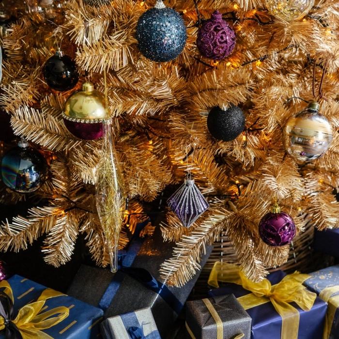 deco de noel a faire soi meme pour un arbre de Noël artificiel à branches dorées, diy ornement décoré avec peinture paillettée