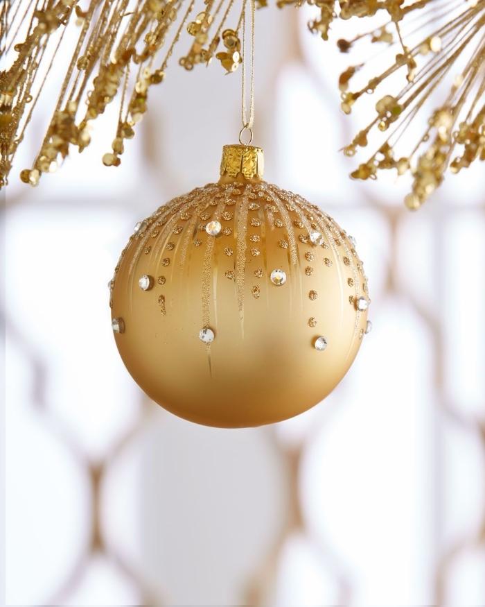 modèle de boule de noel personnalisée avec strass, diy ornement à peinture dorée avec décorations en strass