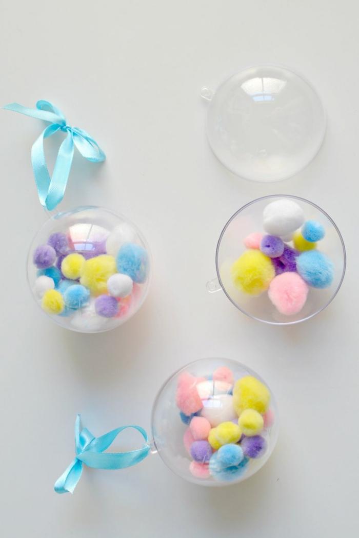 idée de deco noel fait main facile à réaliser, ornement de sapin transparent en plastique rempli de mini pompons