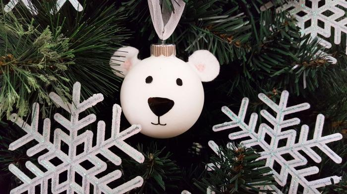 idée deco noel a fabriquer, modèle de boule de Noël personnalisée en forme de tête d'ours avec oreilles en coton
