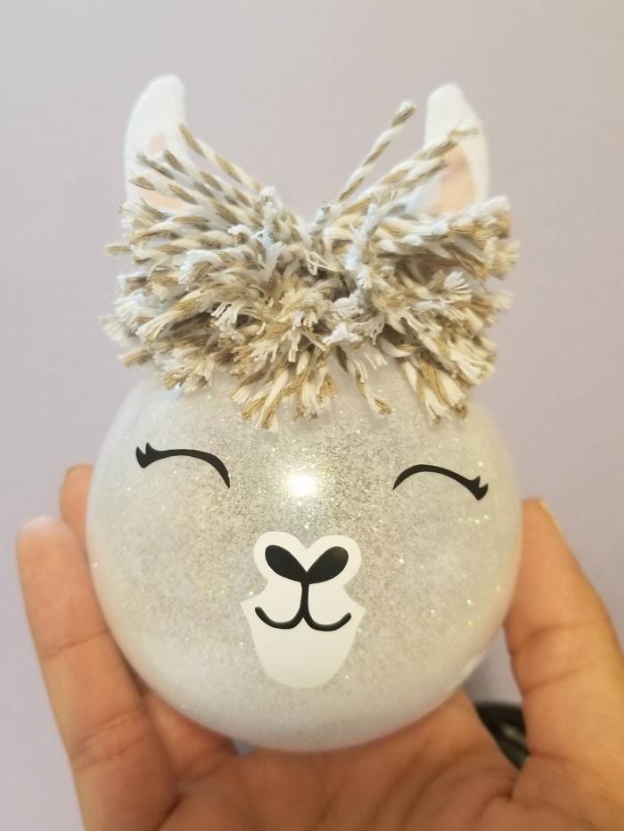 deco boule de noel sur le thème animaux, activité manuelle noêl pour enfant, customiser une boule en forme tête de lama