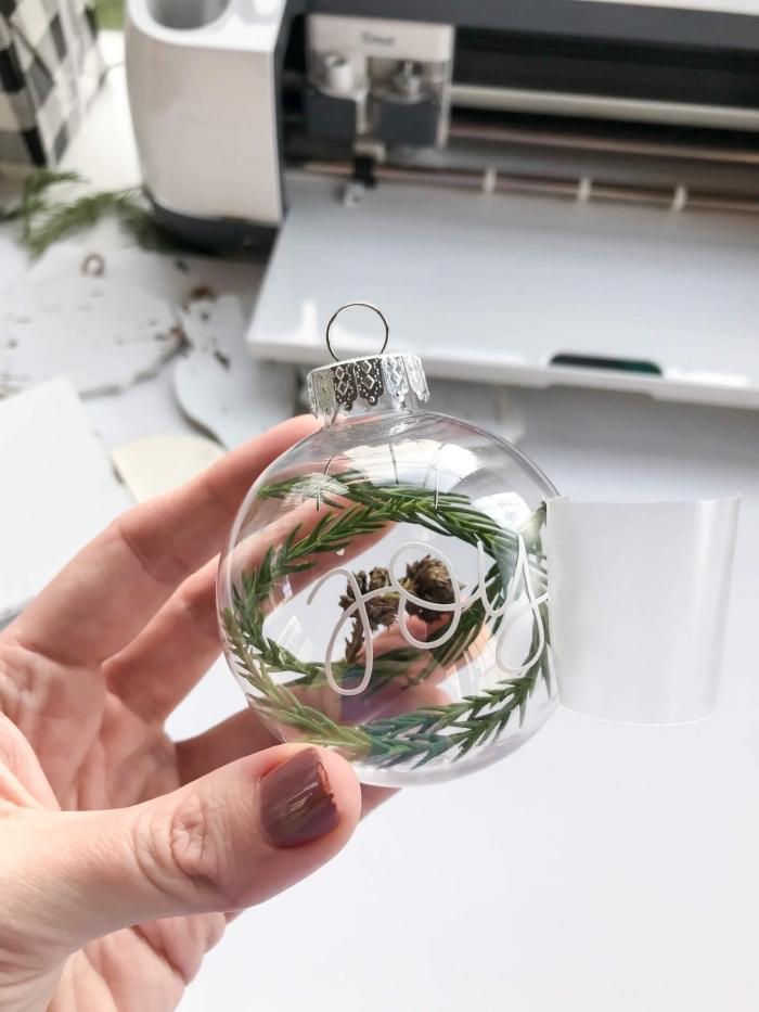 decoration noel a faire soi meme de style minimaliste, exemple comment remplir une boule en verre avec mini objets minimaliste