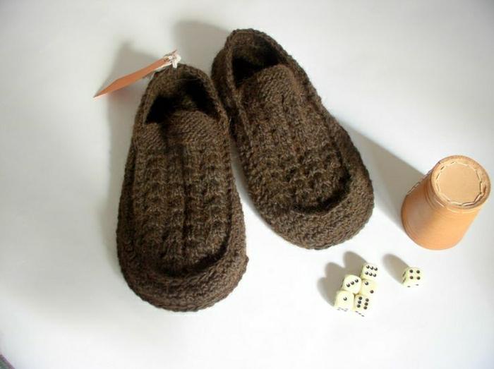pantoufles-charentaises-tricotes-de-couleur-marron-foncé-quels-pantoufles-choisir
