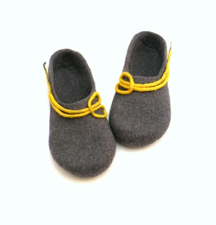 pantoufles-gris-et-jaune-pour-les-hommes-comment-choisir-pantoufles