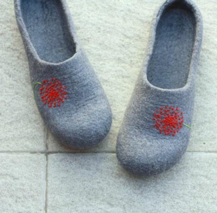 pantoufles-gris-et-rouge-pour-les-hommes-qui-aiment-à-porter-les-pantoufles