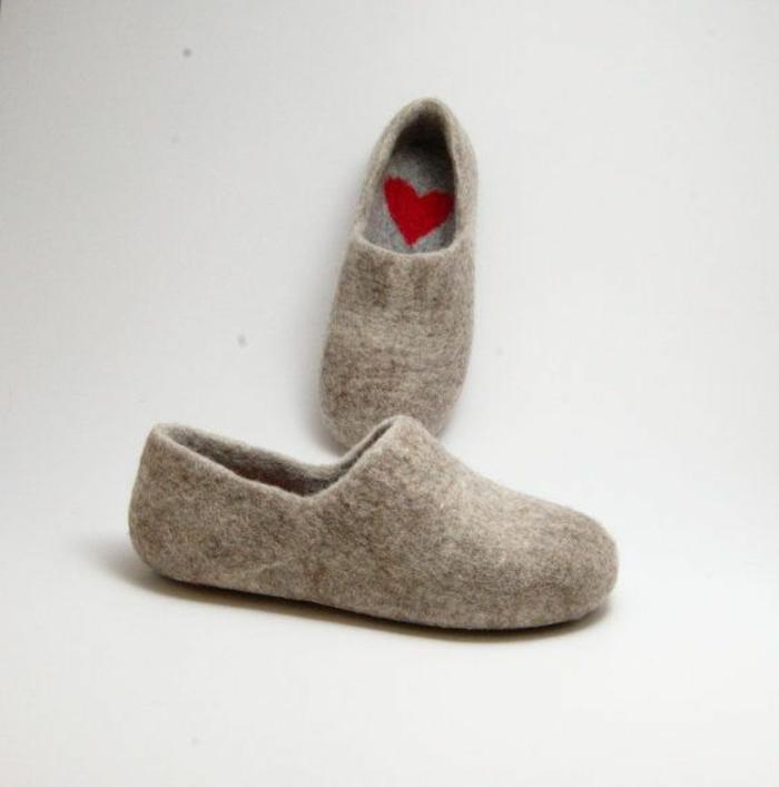 pantoufles-hommes-gris-avec-coeur-rouge-pour-les-hommes