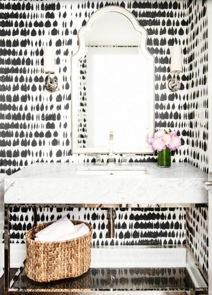 papier-peint-noir-et-blanc-dans-la-salle-de-bain-avec-miroir-mural-et-fleurs-dans-la-salle-de-bain