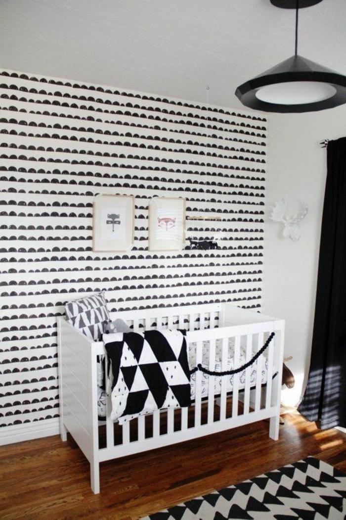 papier-peint-noir-et-blanc-pour-la-chambre-d-enfant-sol-en-parquet-bois-foncé