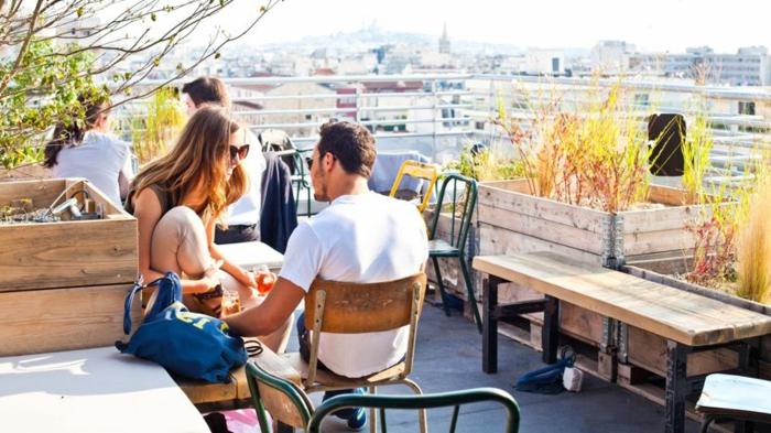 Café moderne avec vue de Montmartre