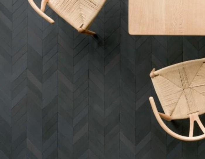 parquet-noir-dans-la-salle-de-sejour-avec-chaises-en-bois-clair-meubles-en-bois