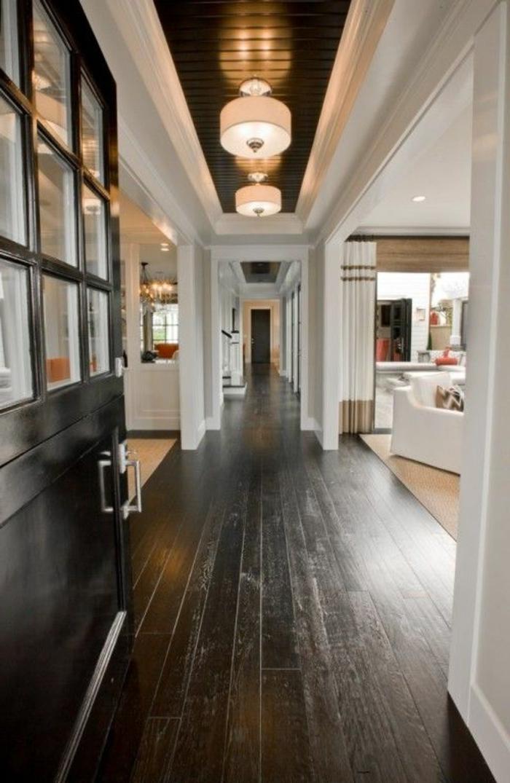 parquet-noir-dans-le-couloir-plafond-avec-planchers-noirs-et-lampes-de-plafnd