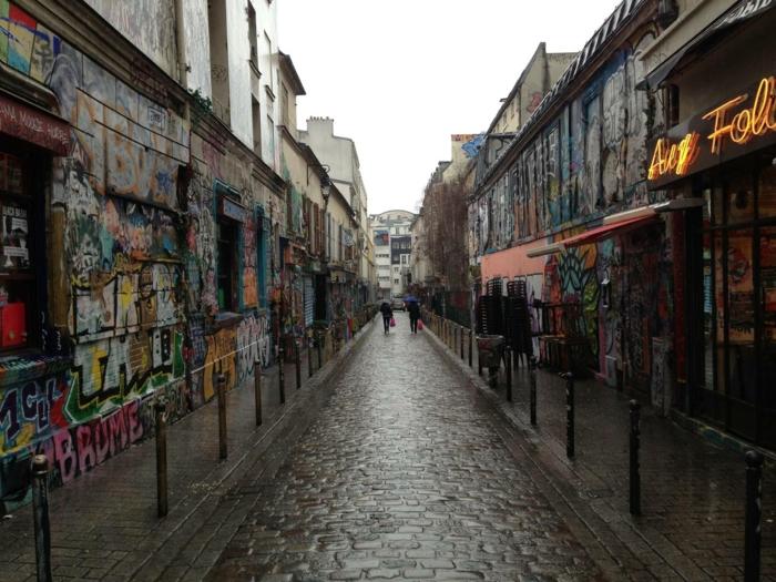passants-à-paris-grafitti-promenade-sur-les-rues-de-paris-sous-le-ciel
