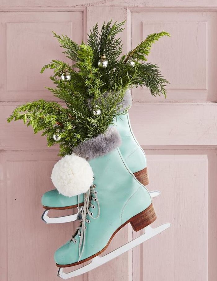 patins à glace décorés de branches de sapin et pompons, idee deco de porte noel, diy noel deco originale