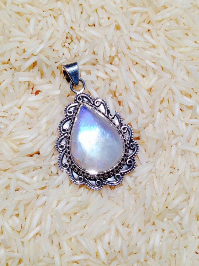 pendentif-pierre-de-lune-joli-design-avec-argent