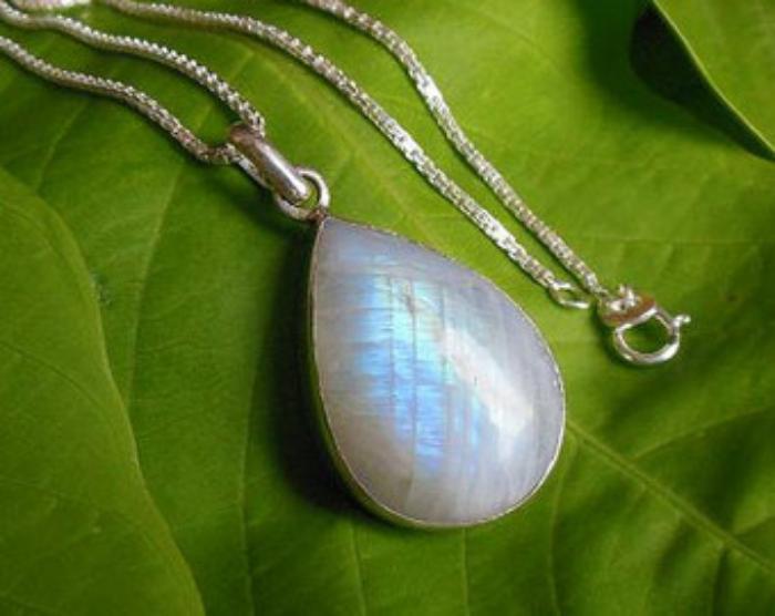 pendentif-pierre-de-lune-comme-une-goutte-d'eau