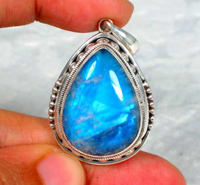 pendentif-pierre-de-lune-la-pierre-de-lune-bleue