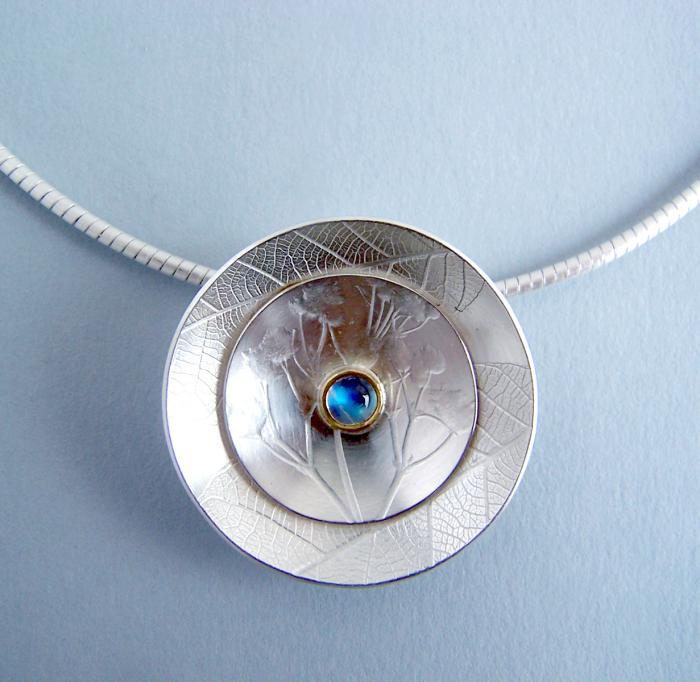 pendentif-pierre-de-lune-mis-au-milieu-d'un-élément-en-métal