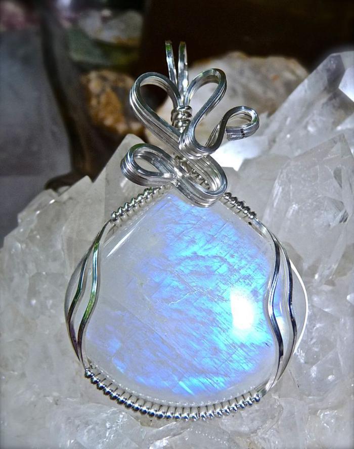 pendentif-pierre-de-lune-reflet-bvleuatre