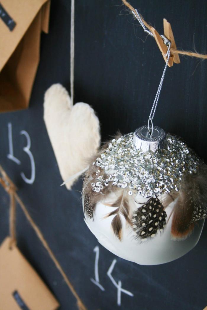 deco de noel a faire soi meme, calendrier d'avent DIY avec coeurs en feutrine et boule de Noël customisée avec plumes et sequins