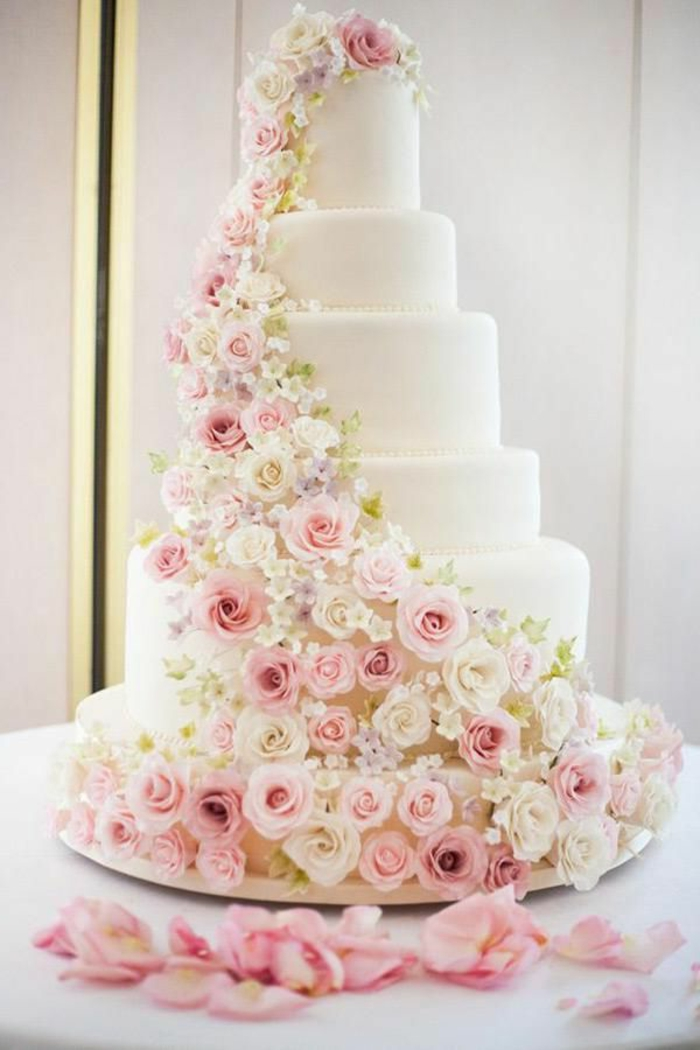 pièce-montée-coux-mariage-gâteau-de-mariage-avec-decoration-en-fleurs