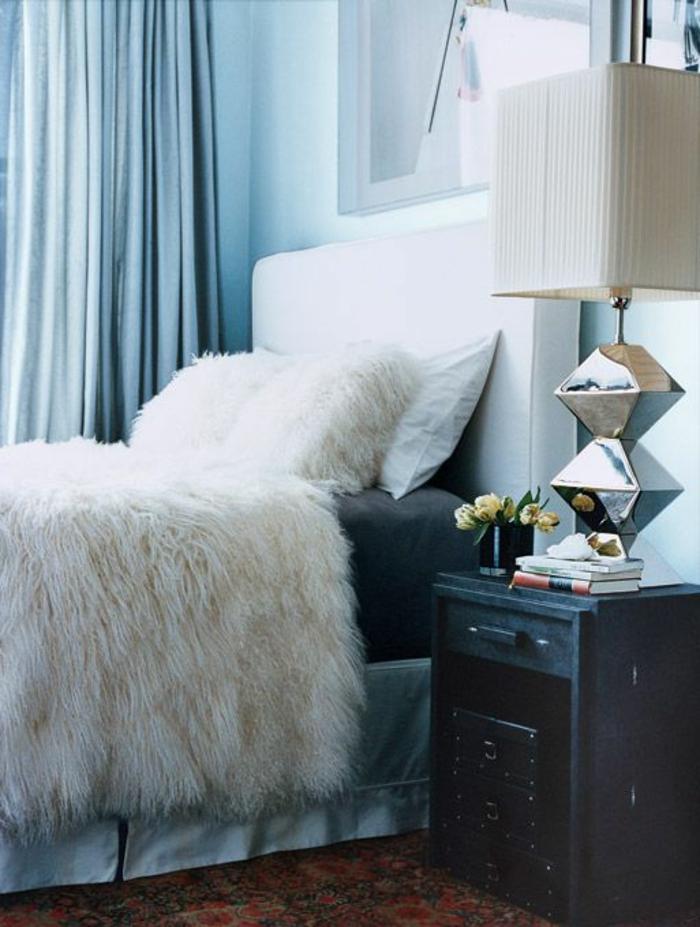 plaid-fausse-fourrure-pas-cher-blanche-pour-couvrir-le-lit-dans-la-chambre-a-coucher-rideaux-longs-bleus