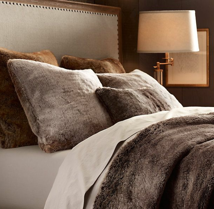 plaid-fausse-fourrure-pas-cher-gris-pour-couvrir-le-lit-dans-la-chambre-a-coucher