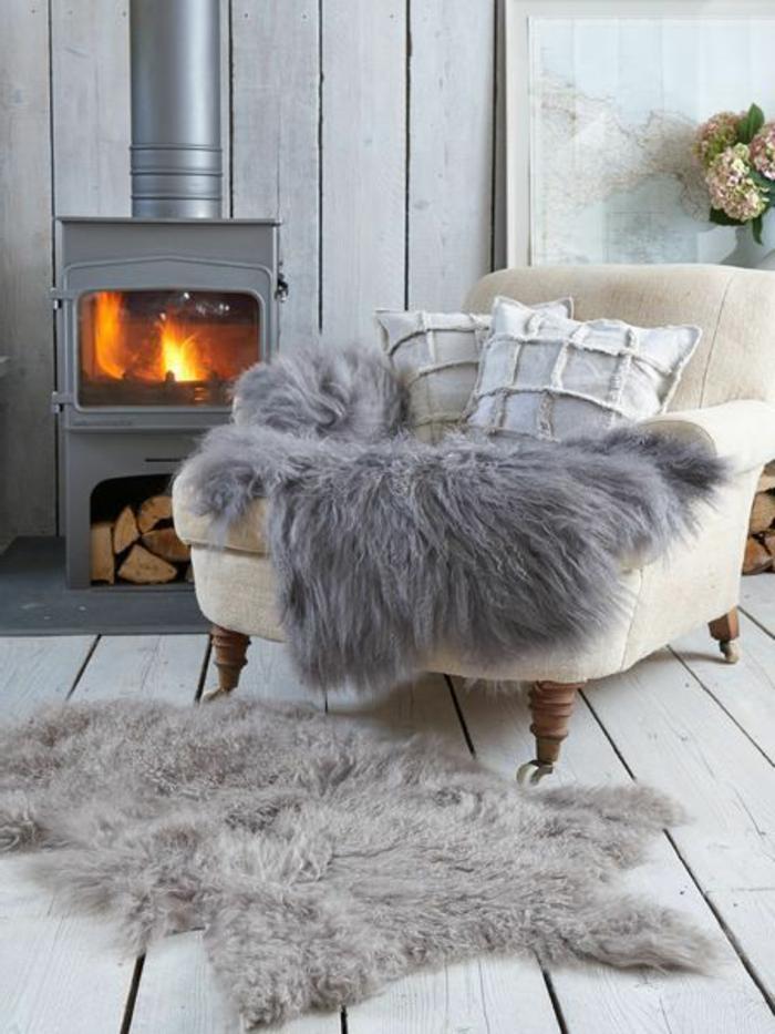 plaid-fausse-fourrure-pas-cher-gris-pour-le-canape-pres-de-la-cheminee-tapis-gris