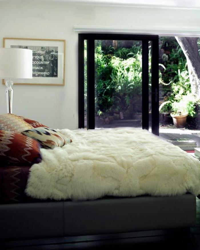 plaid-fausse-fourrure-pas-cher-pour-la-chambre-a-coucher-moderne-lampe-blanche