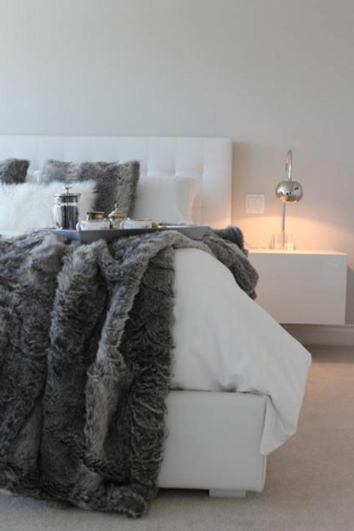 plaid-imitation-fourrure-gris-pour-couvrir-le-lit-dans-la-chambre-a-coucher-murs-blancs