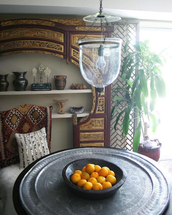 plateau-marocain-bol-avec-fruits-étagère-murale-avec-déco-ethnique