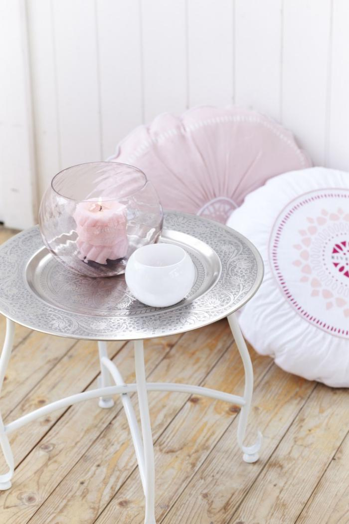 plateau-marocain-doux-décor-en-rose-et-blanc-vase-boule-avec-une-bougie-rose