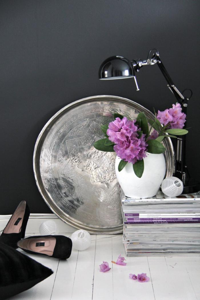 plateau-marocain-en-métal-magazines-et-pot-de-fleur-décor-artistique