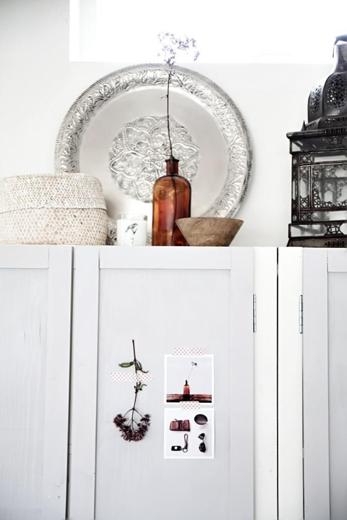 plateau-marocain-et-lanterne-marocaine-sur-une-armoire-blanche