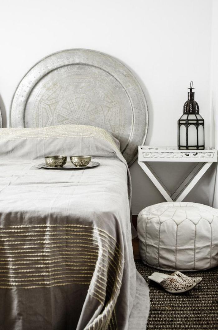 plateau-marocain-lanterne-marocaine-pantoufles-pouf-en-cuir