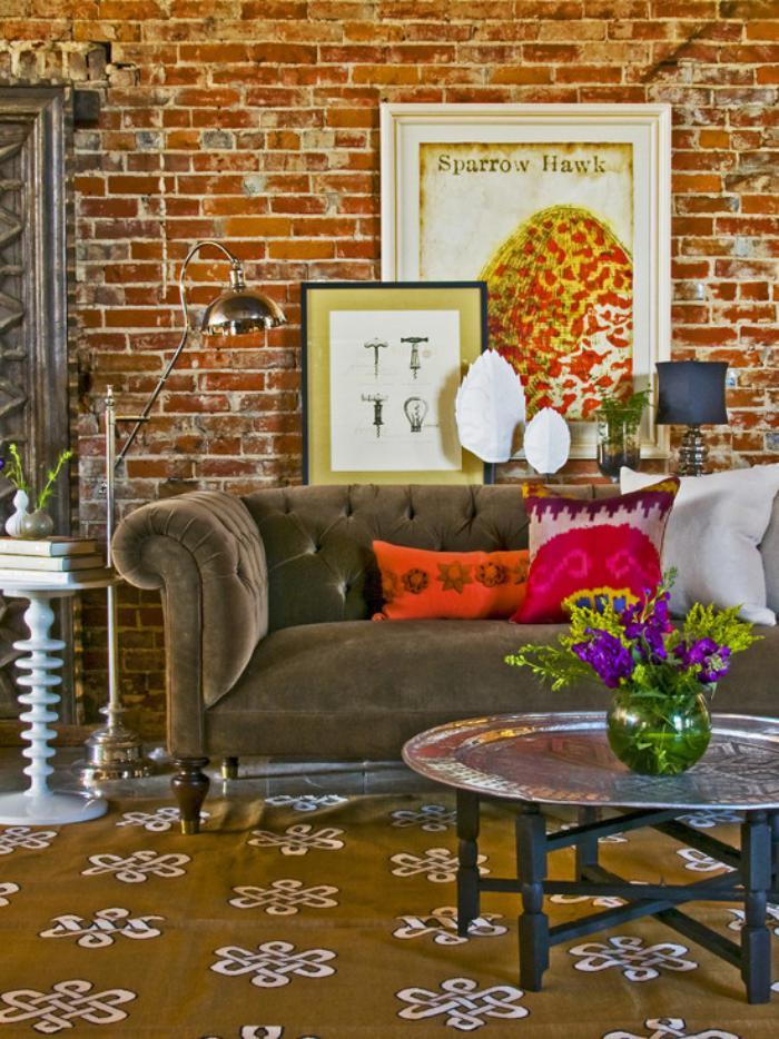 plateau-marocain-salle-de-séjour-éclectique-avec-mur-briques