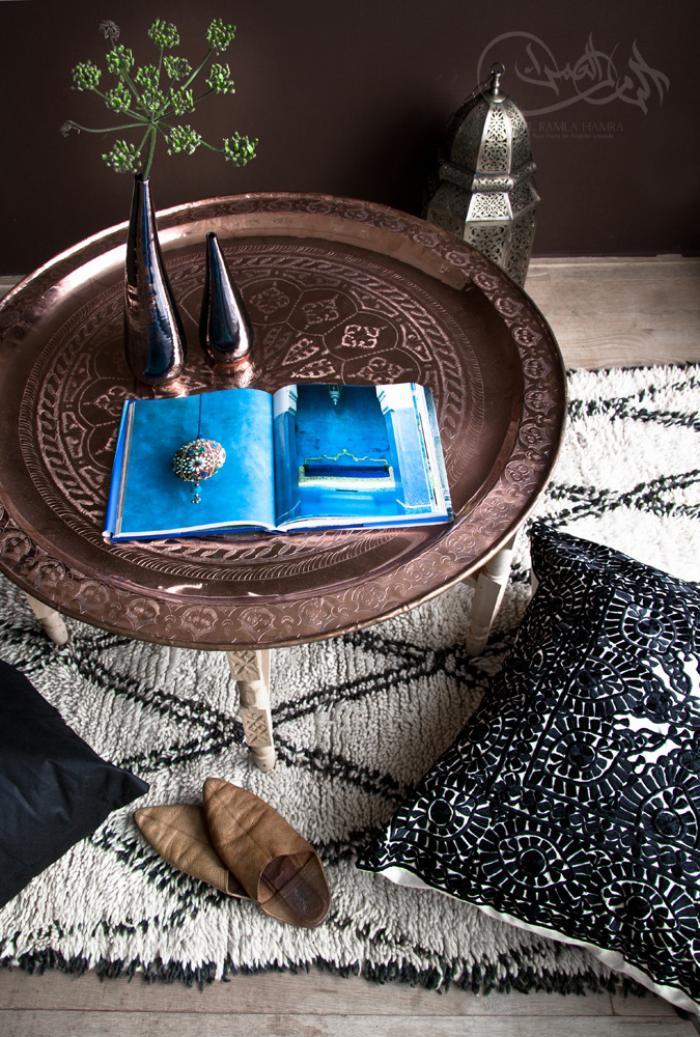 cr ez une ambiance charmante en utilisant le plateau marocain. Black Bedroom Furniture Sets. Home Design Ideas