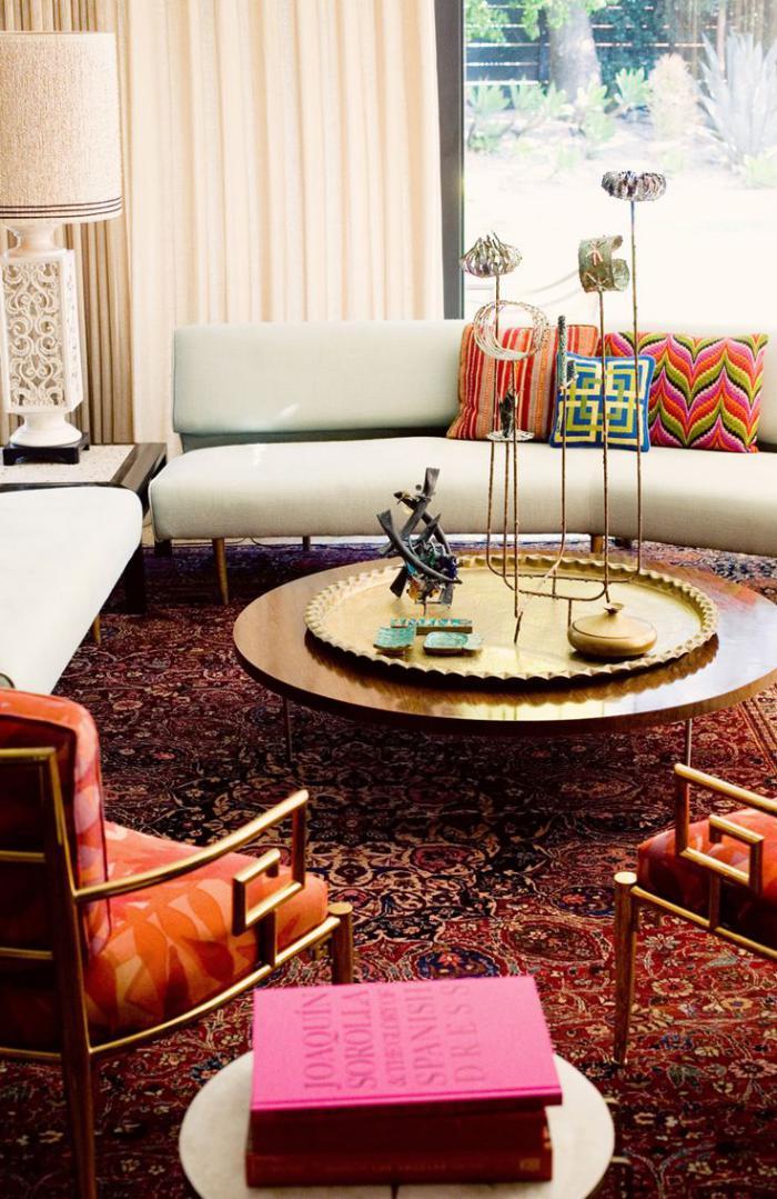 plateau-marocain-tapis-persan-coussins-colorés-belle-table-ronde-avec-plateau-et-bougeoirs