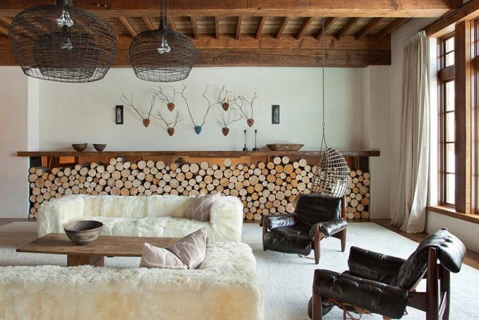 range-buches-décoratif-salon-original-chaise-oeuf-suspendue-et-deux-fauteils-en-bois-et-cuir-noir
